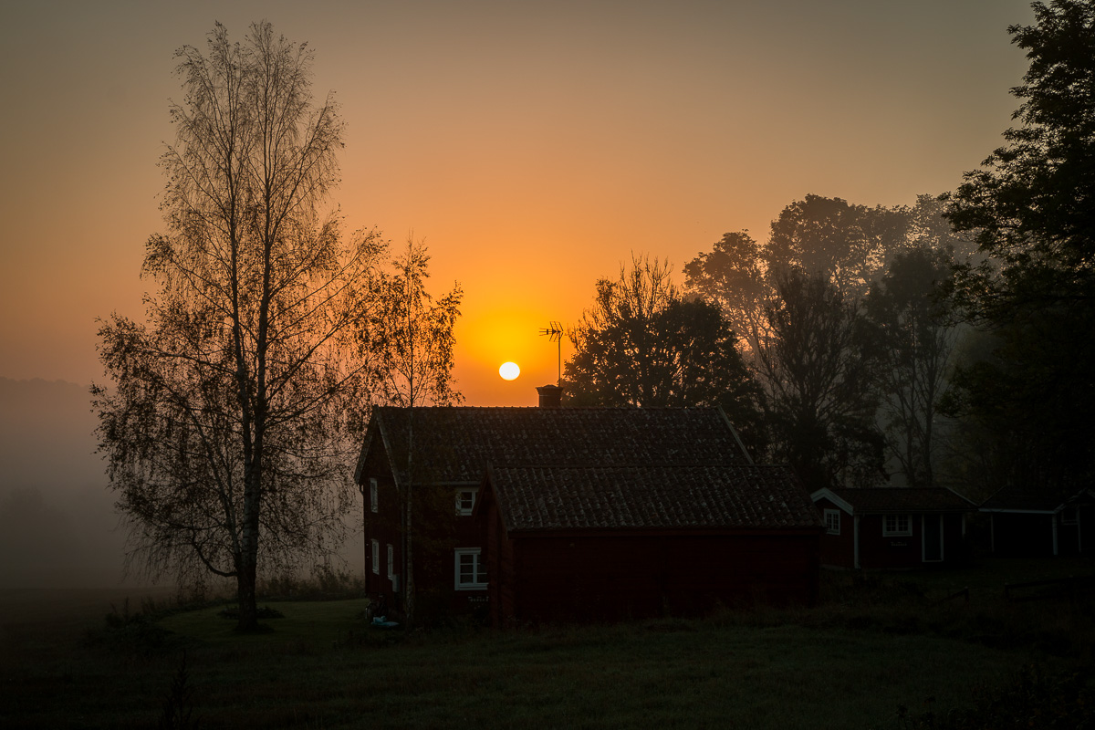Sunrise by the Old House, photo by Niklas Storm